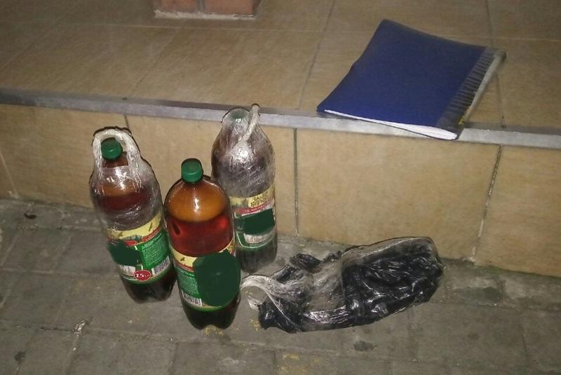 В пакунку, який намагався перекинути чоловік, було виявлено пиво