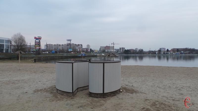 Сьогодні на міському пляжі зявилася перша оновлена кабінка для переодягання
