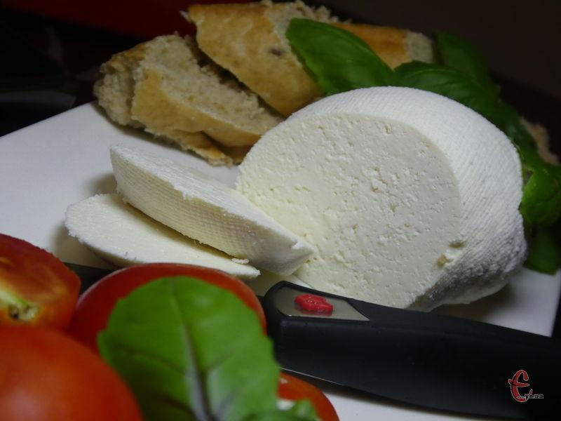 Сир можна їсти одразу ж – робити з ним бутерброди, додавати у салати тощо.