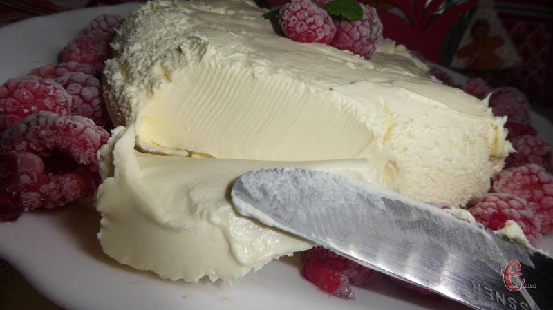 Домашній маскарпоне практично один-в-один схожий на свого магазинного «побратима», а вже у готовому десерті навіть досвідчений кулінар не відрізнить цей саморобний сир від оригіналу!