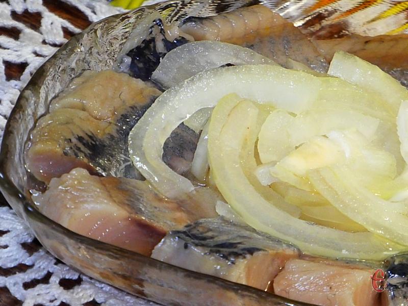 Ця малосольна, ніжна та пряна рибка дасть фору будь-якому, навіть найсмачнішому оселедцю, купленому в магазині.