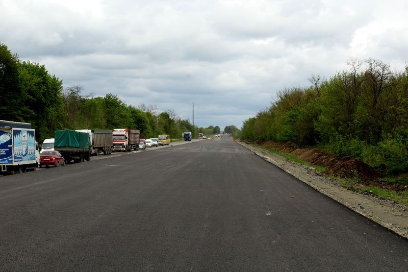 Через відсутність другого шару асфальту дорогу зруйнує автотранспорт