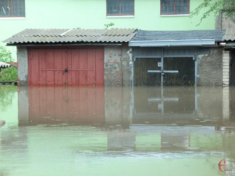 Дощ затопив гаражі.