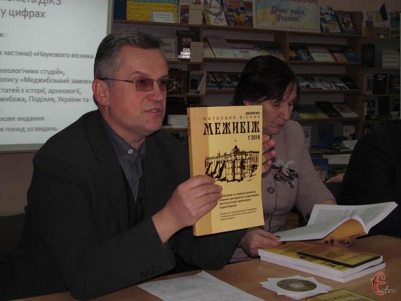 Ігор Западенко показує новий випуск вісника