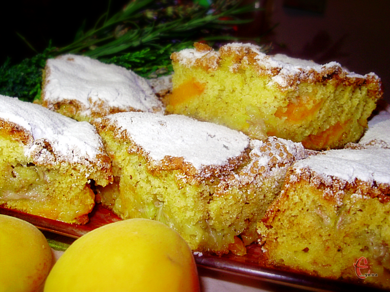 Як на мене, то шарлотка з абрикосами та бананами виходить ще смачнішою, ніж традиційна яблучна.