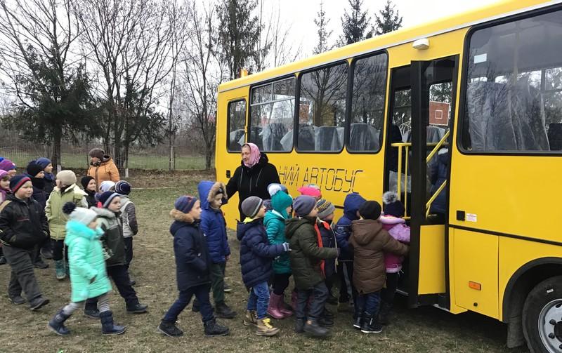 Першими до нових автобусів завітали наймолодші школярі, щоб спробувати комфортні умови
