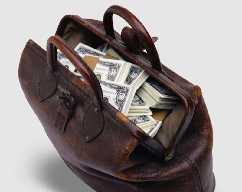 Зловмисники вкрали сумку з грошима і пістолетом