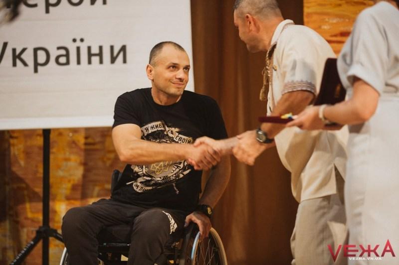 Олександр Пономарьов мав отримати нагороду ще раніше, але перебував на реабілітації в США