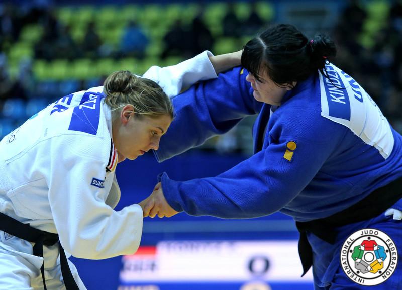 Ірина Кіндзерська (у синьому) виступала у ваговій категорії понад 78 кілограмів.