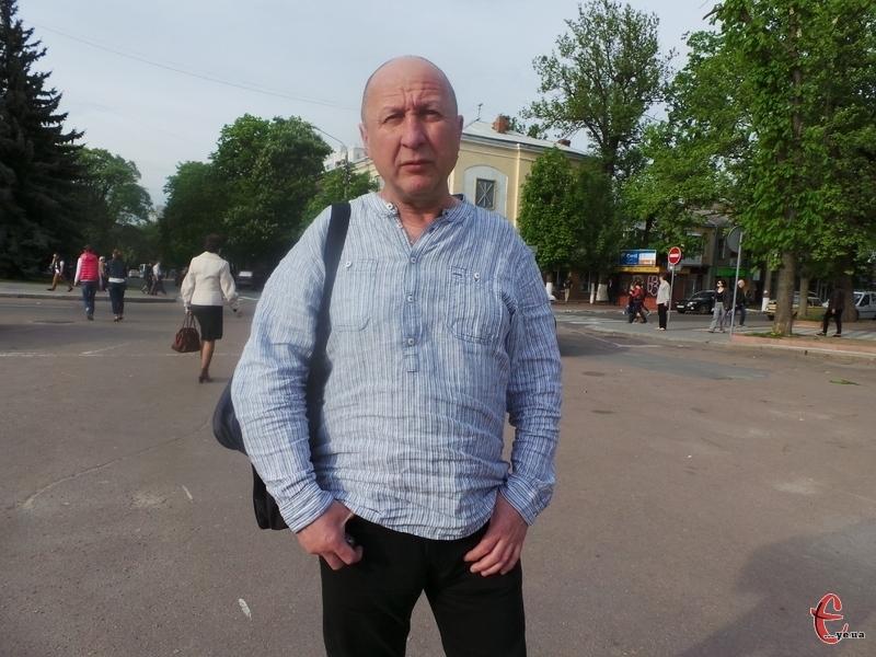 Олексій Слищук неподалік того пішохідного переходу, де Віталій Гуменюк збив його матір