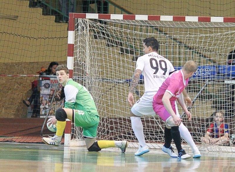 Максим Лисенко (в зеленому) забивав і за Спортлідер. Але не такі дивовижні голи