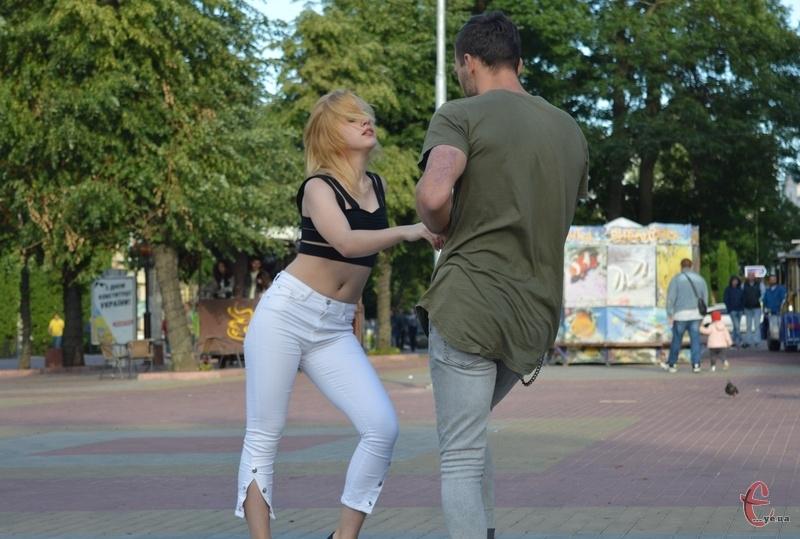 Хмельничан протягом місяця щонеділі навчатимуть танців біля кінотеатру Шевченка
