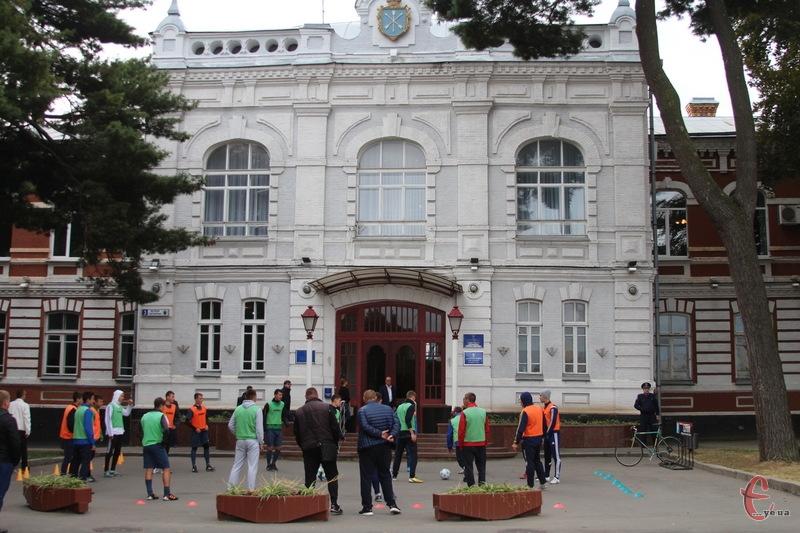 ФК Поділля провело незвичне тренування - на асфальті біля Хмельницької міської ради