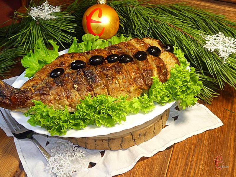 Фарширований короп дуже ніжний, соковитий, більше схожий на рибне суфле! Якщо його ще й правильно приготувати, то він буквально тане в роті.