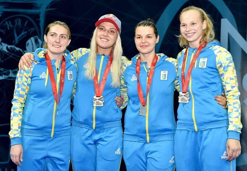 Аліна Комащук (друга праворуч) стала срібною призеркою чемпіонату Європи в складі збірної України з фехтування на шаблях