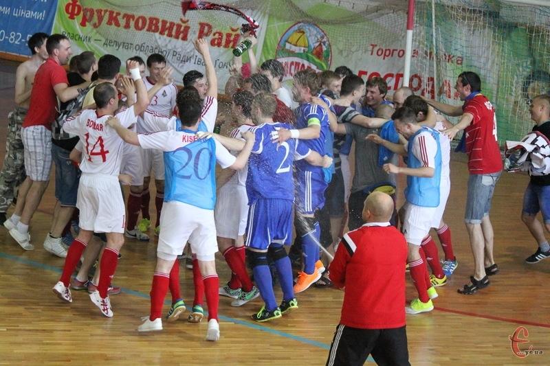 Шампанське, фанати, золоті нагороди... Локомотив втретє поспіль став чемпіоном України з футзалу