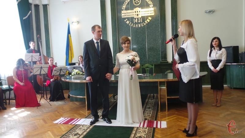 90 пар взяли «Шлюб за добу» у Хмельницькому