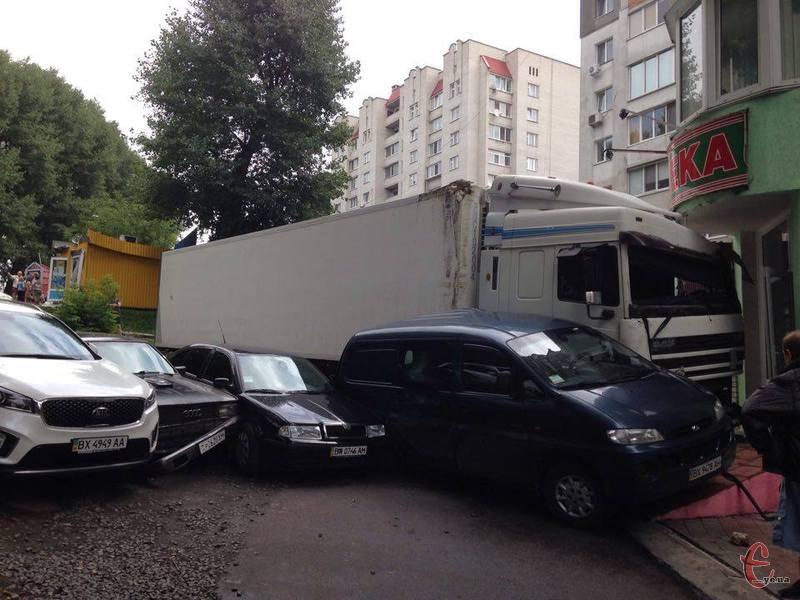 Окрім продавчині з кіоску, постраждали також чотири автомобілі
