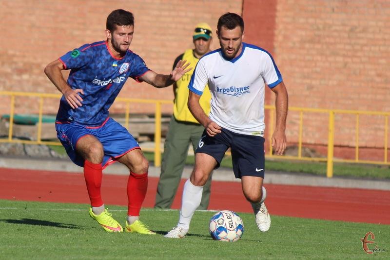 Богдан Семенець (у білій формі) в матчі проти тернопільської Ниви забив гол та заробив пенальті