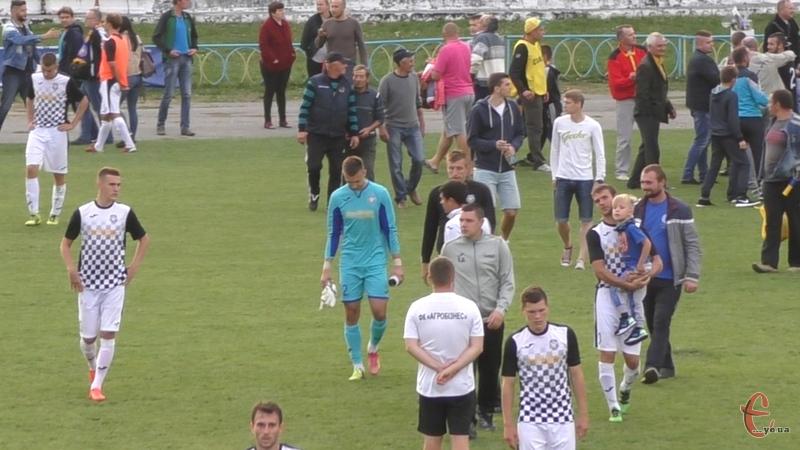 Засмучені футболісти Агробізнеса залишали поле під аплодисменти вболівальників