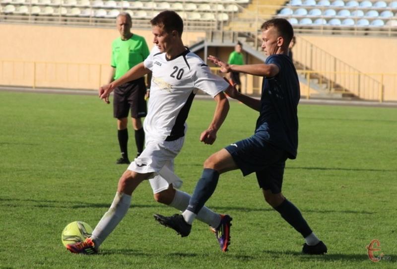 Микола Темнюк (у білому) забив у ворота Фортеці два голи