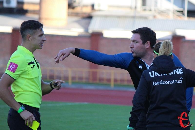 Віталій Костишин, головний тренер Поділля, ще до завершення матчу отримав жовту картку за розмови з арбітром Ігорем Бичем