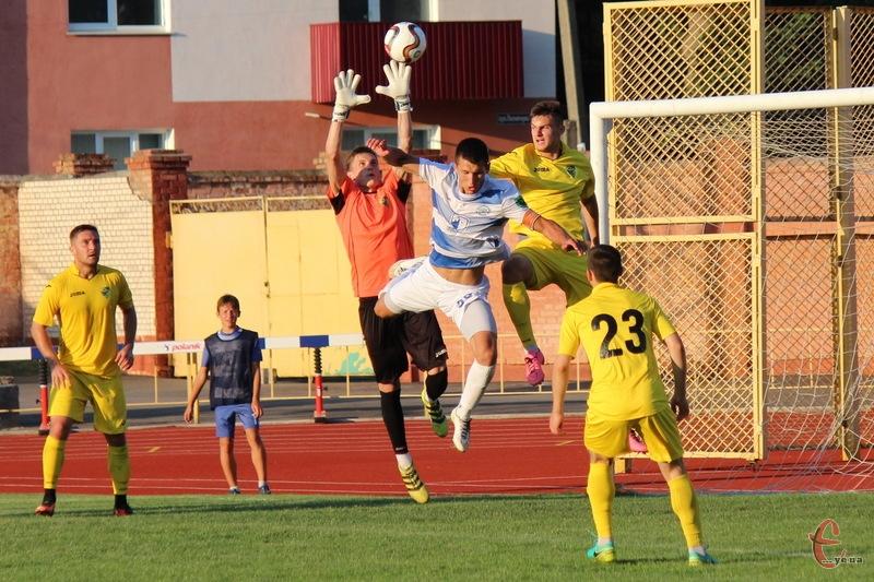 Прикарпаття (в жовтій формі) виграло свій перший матч у чемпіонаті, Поділля вперше програло