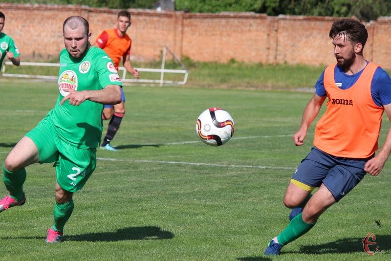 Степан Рижук (праворуч) ще до початку чемпіонату зіграв за Поділля контрольний матч у Красилові, в яому відзначився забитим голом