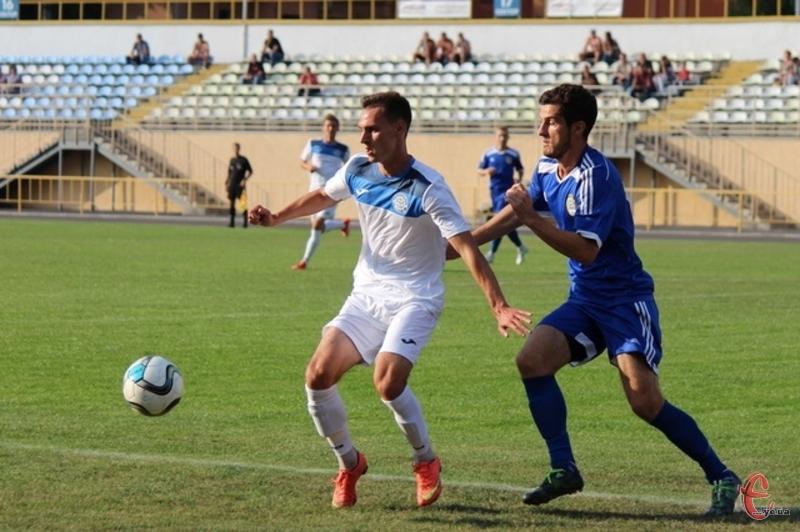 Роман Шпиця (у білому) не допоміг своїй команді, оскільки пропускав матч через дискваліфікацію