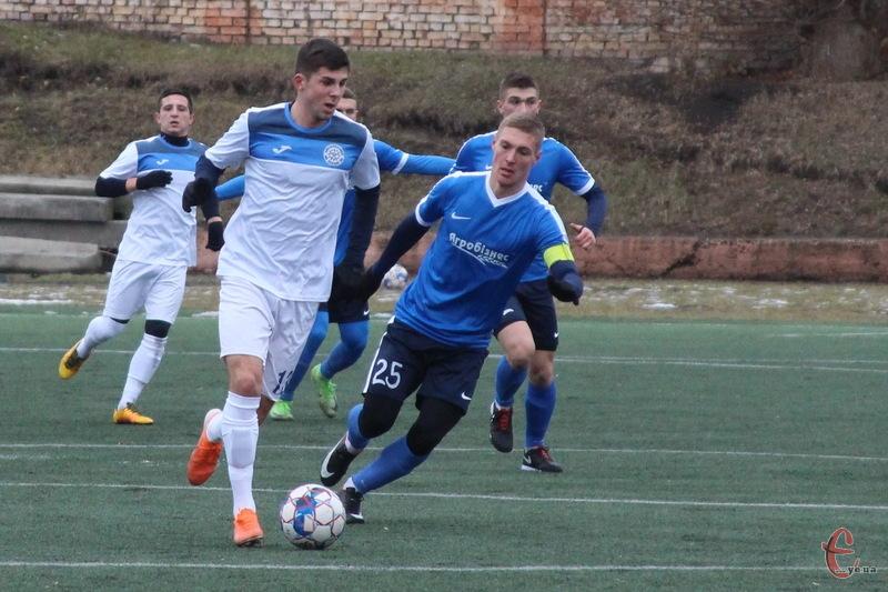 Олексій Шпак (з м'ячем) забив гол за Поділля у матчі проти Буковини