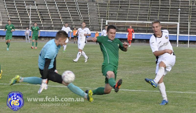 Віталій Груша (у білій формі) забив у ворота Прикарпаття три голи