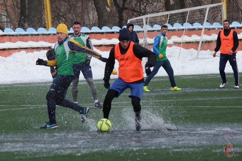 Коли на полі є не лише крига, а й калюжі, то продемонструвати якісний футбол проблематично
