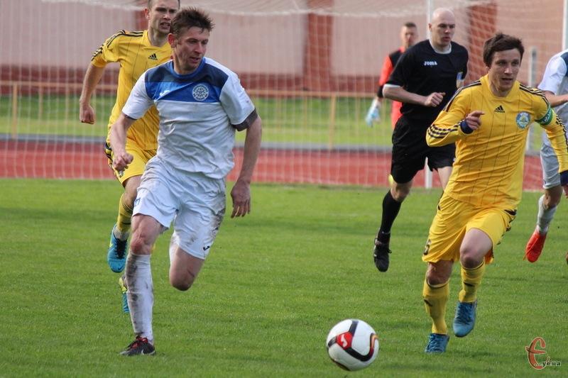 Олексій Колесников (у білому) забив свій 25 гол у кар'єрі гравця хмельницького професійного клубу