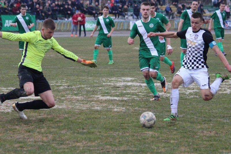Микола Темнюк (праворуч), якому 31 березня виповнилося 26 років, зіграв увесь матч проти вінницької Ниви-В з капітанською пов'язкою волочиського Агробізнеса