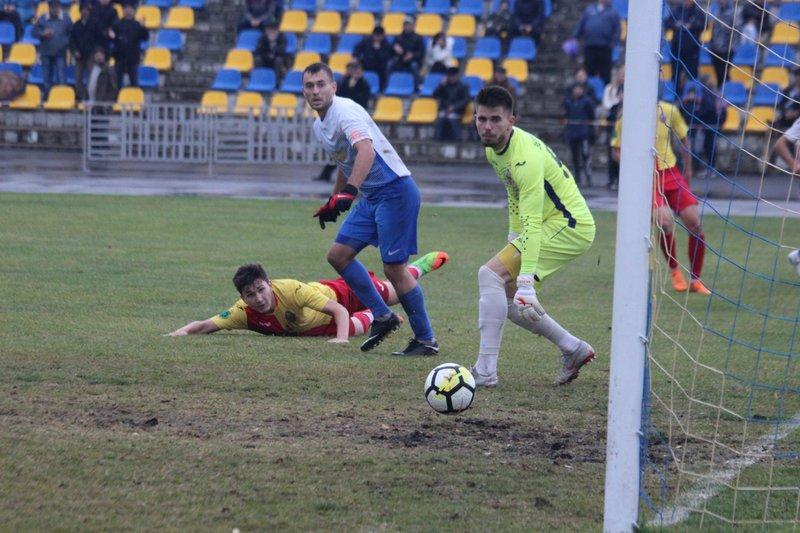 Богдан Семенець (у біло-бакитній формі) двічі відзначився у воротах