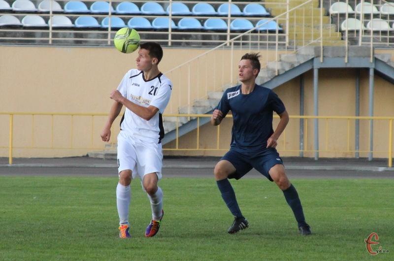 Микола Темнюк (у білому) продовжує забивати за Агробізнес та приносить своїй команді чергові три очки