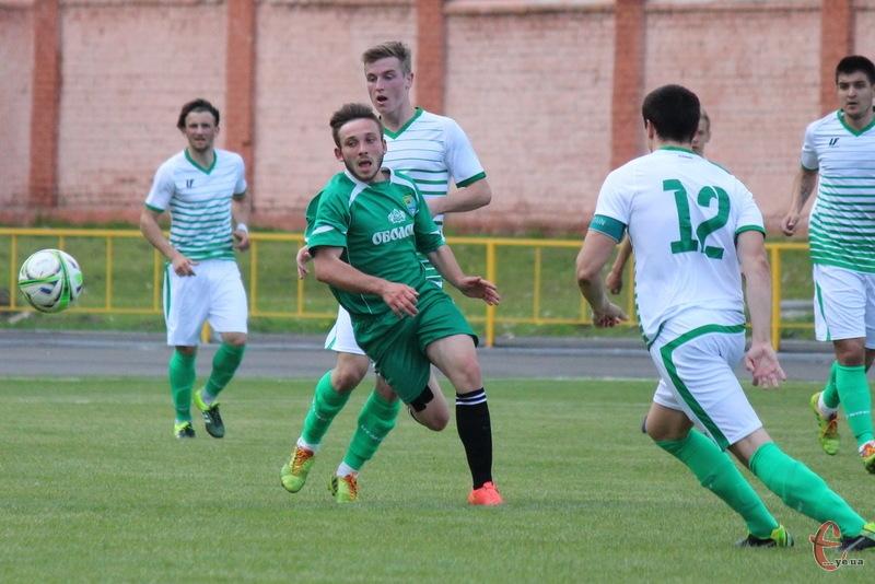 Ян Морговський (в зеленій формі) став автором першого гола хмельницького Поділля в нинішньому чемпіонаті України з футболу серед аматорів