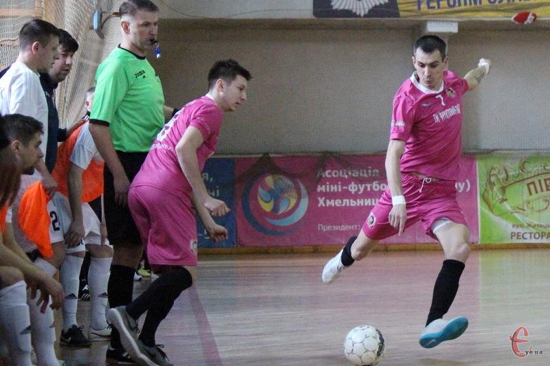 Дмитро Калуков (з м'ячем) дебютував за хмельницький клуб у вересні 2012 році.За чотири сезону він відзначився 69 забитими голами