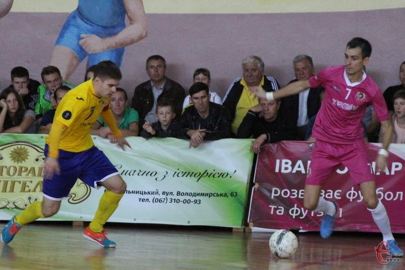 Дмитро Калуков (з м'ячем) очолює таблицю бомбардирів чемпіонату України, маючи в активі 8 голів у 4 матчах.