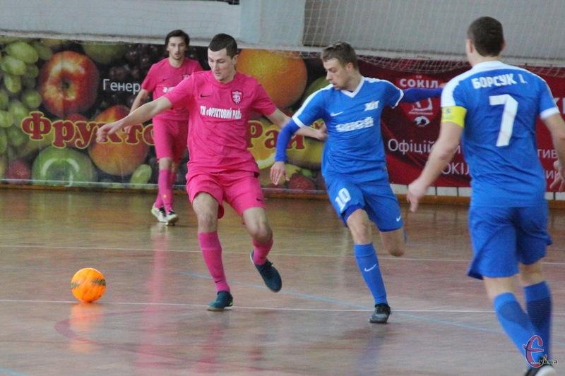 У матчі Сокола та Хіта забивали лише Андрій Хамдамов (ліворуч) та Сергій Журба