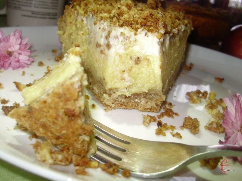 Чізкейк просто приголомшливий! Сирно-гарбузова начинка на горіхово-вівсяній основі гармонійно поєднуються зі сметанною заливкою.