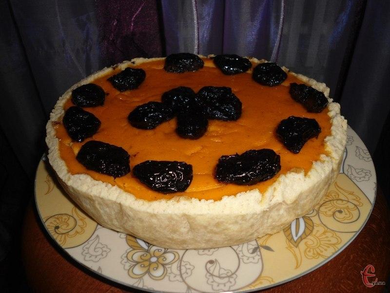 Корж-основа хрумка, розсипчаста, адже  готується з рубленого пісочного тіста або ж із меленого печива.