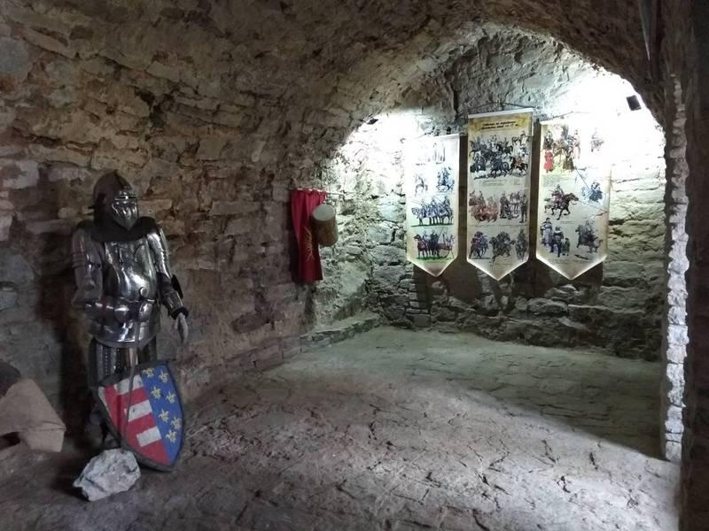 Тут можна побачити середньовічні обладунки, мечі, кольчуги, шоломи…
