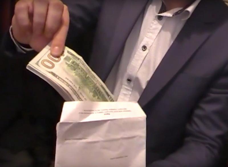 Долари та євро, які підозрюваний пропонував прокурору, вилучені оперативниками