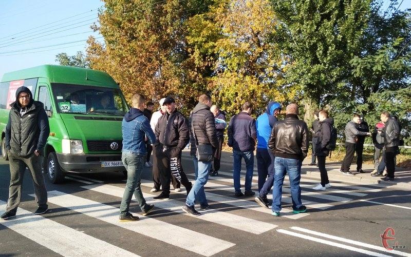 По місту, у декількох районах Хмельницького, автомобілісти перекрили дороги і ходили по пішохідному переходу