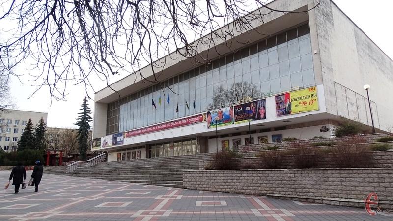 У 2013 році цього дня десять акторів Хмельницького обласного театру імені Михайла Старицького оголосили про голодування