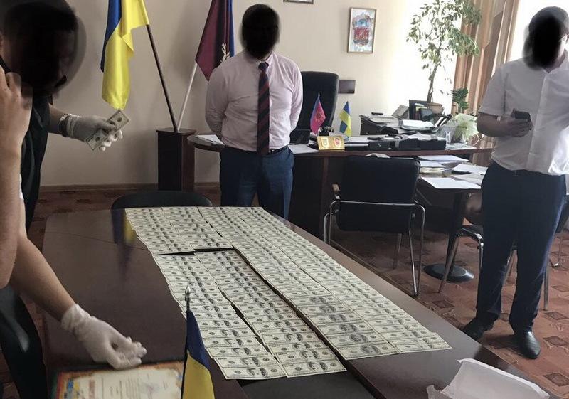 Правоохоронці стверджують, що затримали голову Полонської РДА під час отримання 15 700 доларів США