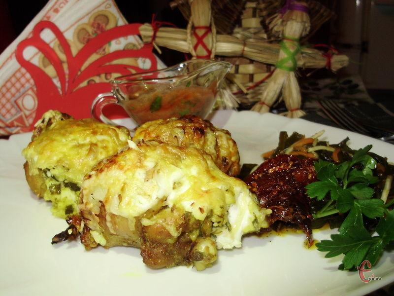 Можна приготувати курячі ніжки з грибною начинкою, картопляним пюре та навіть капустою. Завжди виходить однаково смачно.
