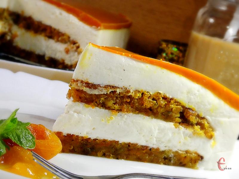 У цьому смаколику смачне все: і соковиті вологі морквяно-горіхові коржі, і вершковий крем-суфле на основі італійської меренги, і ароматне морквяно-апельсинове желе-глазур.