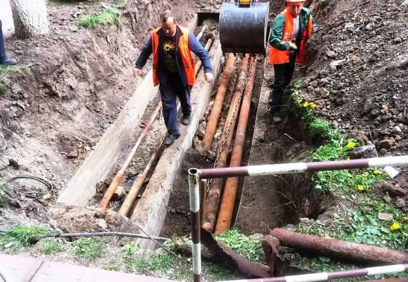 На перетині вулиць на Соборної та Проскурівського Підпілля працівники комунальних служб вже замінили старі іржаві труби на нові пластикові